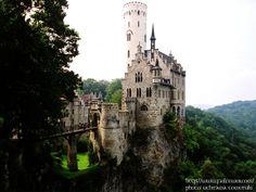 リヒテンシュタイン城(ドイツ)  カリオストロの城のモデルになったとも言われている城。あの高い塔にクラリスがいたんでしょうか…。