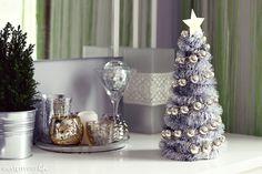 Daleka jestem od zmieniania na święta wystroju całego domu, nie rozwieszam wszędzie światełek i innych gadżetów. Nie lubię świątecznego przepychu i bez względu na porę roku preferuję minimalizm – ale kilka subtelnych dekoracji nie zaszkodzi, prawda? Wszystkie świąteczne elementy w moim domu są w tym roku złoto-srebrne i taka też musiała być moja miniaturowa choinka …