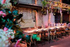 Tafelen doe je aan een lange mooi gedekte tafel. De romantische sfeer in combinatie met de industriële ruimte maken het geheel bijzonder.