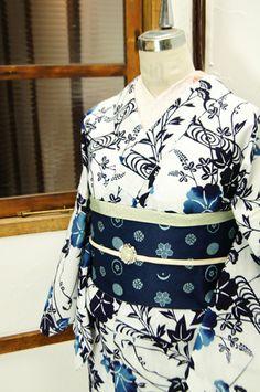 白の地に紺のぼかし清々しく染め出された、朝顔や桔梗、撫子、萩などの草花模様が涼やかに美しい綿絽の浴衣です。