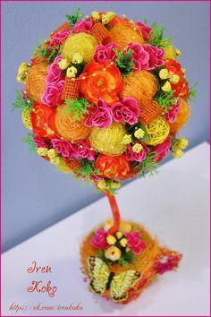 Высота 45 см, диаметр кроны 18 см. Состав: кашпо из сухоцветов, сизаль, искусственные цветы, веточки, ротанговые шары, корилус, бусы, бабочка.