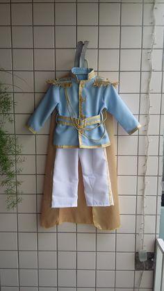 Fantasia de príncipe luxo. Acompanha calça, casaco, coroa capa e cinto. Disponível em todas as cores nos tamanhos RN ao tamanho 4. Também temos em outros tamanhos e príncipe para o (Pai)consultar. Tecido Oxford.
