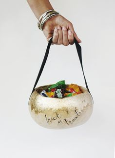 Welp, these Gourd Halloween Baskets from are ALL kinds of precious! Make one before trick-or-treating tonight! Diy Halloween Basket, Halloween Candy, Holidays Halloween, Halloween Crafts, Happy Halloween, Halloween 2020, Halloween Ideas, Halloween Decorations, Halloween Activities For Kids