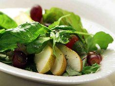 Raikas päärynä-rypälesalaatti Spinach, Vegetables, Food, Essen, Vegetable Recipes, Meals, Yemek, Veggies, Eten