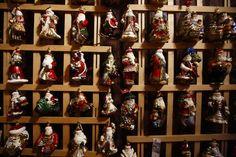 Papai Noel decorações forma de vidro são exibidos na fabricação Silverado de enfeites de Natal soprado na cidade de Jozefow fora Varsóvia 2 de dezembro de 2014. (Foto por Kacper Pempel / Reuters)