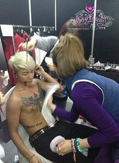 Behind the scene of how Donghae's tattoo in Super Junior Super Show 5