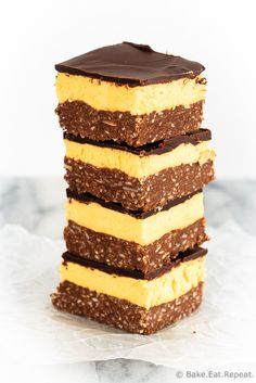 These are the absolute best nanaimo bars an amazing no bake treat thats a perfect addition to your dessert table! These are the absolute best nanaimo bars an amazing no bake treat thats a perfect addition to your dessert table! Köstliche Desserts, Holiday Baking, Christmas Desserts, Christmas Baking, Delicious Desserts, Dessert Recipes, Christmas Treats, Christmas Cookies, Nanaimo Bars