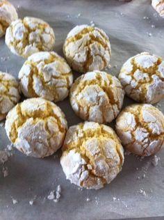 100g burro morb110g zuc1 uovo buccia gratt 1 limone succo di 1/2 limone250/270g di far 1/2bustina di lievito zuc  velo q.b.zuc sem q.b.PROCEDIMENTO:Montat burro e zuc,aggiungete l'uovo aggiungete la buccia del limone con il succo, farina elievito. impasto molto molle,mettere in frigo per 1ora ma, se risultasse troppo molle, aggiungete delle manciate un più di farina formate delle palline, passatele nello zuc sem poi nello zuc a velo,180°x 8/10 min  si devono formare le crepette