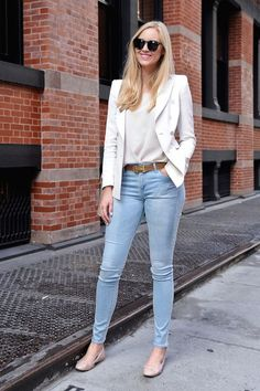 Pin for Later: Over 30 Street Styled Outfits to Steal From All Summer Summer Street Style With light denim and a chic white blazer, even covering up can feel perfect for Summer. Casual Chic, Work Casual, Casual Looks, Casual Summer, Outfit Jeans, Blazer Outfits, Blazer Jeans, Classy Outfits, Casual Outfits