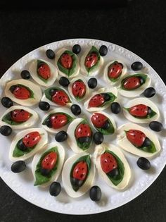 Tomate-Mozzarella-Marienkäfer Tomato mozzarella ladybug, a popular recipe from the Party category. Party Finger Foods, Snacks Für Party, Party Games, Tomate Mozzarella, Mozarella, Fresh Mozzarella, Food Garnishes, Food Platters, Meat Trays