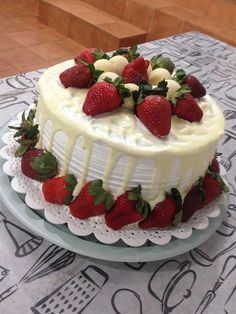 torta-de-leite-em-po-com-morango Fruit Birthday Cake, Funny Birthday Cakes, Melting Ice Cream Cake, Bakery Recipes, Dessert Recipes, Elegant Birthday Cakes, Creative Desserts, Strawberry Cakes, Drip Cakes