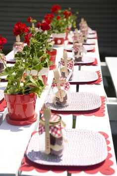 Strawberry table & cake in a jar alegre hora del te Bbq Party, Xmas Party, Party Time, Picnic Themed Parties, Birthday Parties, Deco Table Communion, Picnic Centerpieces, Wedding Strawberries, Strawberry Wedding