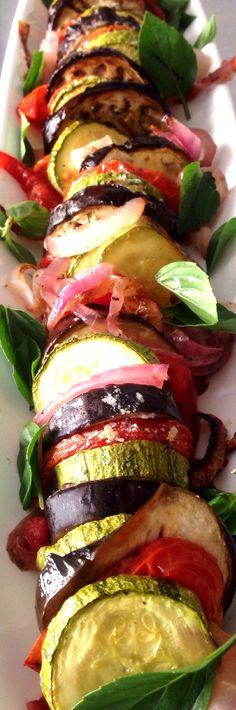 Ratatouille: beringela, abobrinha, tomate e cebola roxa e manjericão.