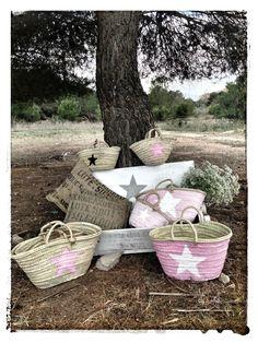 cestos de paja de todos los tamaños y colores Beach Basket, Ibiza Beach, Ideias Diy, Basket Bag, Little Star, Basket Weaving, Wicker Baskets, Fabric Crafts, Diy Gifts