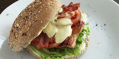 Kyllingeburger med bacon og karrydressing