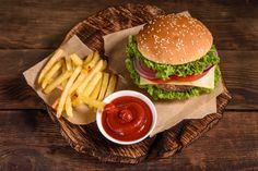 Bens Burgers, Burger And Fries, Grille Photo, Hamburgers Gastronomiques, Gourmet Burgers, Salty Foods, Indian Food Recipes, Ethnic Recipes, Cafe Food