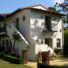 Wallace Neff - elements of both Spanish Revival and Monterey styles.