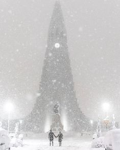 """celandic_explorerReykjavík, Iceland Piace a 17.553 persone 2 g icelandic_explorerDuring this night it's been one of the most intense snowfalls I've experienced. We literally got 30-40 cm (like 15"""") of snow in a few hours. I woke up at 3 AM by the sound of some trees breaking in my backyard. So I decided to get out and take some photos. Pretty glad I did more shots in stories ✌️ #iceland"""