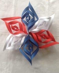 For å lage denne flotte 17. mai blomsten, trenger du kun rødt, hvitt og blått papir, saks og limstift. Den er utrolig enkel å lage. Start med å klippe 6 firkanter, 2 av hver farge. Jeg klipte de 15×15 cm. Ferdig montert måler min 30×30 cm, så den kan selvsagt lages mindre. Først brettet du … Fortsett å lese «17.mai blomst» Patriotic Party, Patriotic Crafts, July Crafts, 4th Of July Party, Fourth Of July, Patriotic Wreath, Diy For Kids, Crafts For Kids, Diy And Crafts
