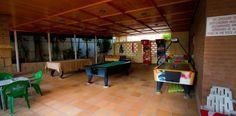 Zona de juegos con billares, futbolín y muchos otros - Games area with pool tables, football table and many other games.