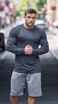 With Gymshark DRY Moisture Management, the classic Gymshark form fit, and laser cut perforation beneath the arms to enhance ventilation, the Apex Long Sleeve T-shirt makes extreme effort seem effortless.