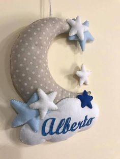 Birth bow in the shape of a moon with a cloud and a baby name, made in various colors. Felt Diy, Baby Decor, Green Colors, Presents, Shapes, Pillows, Christmas Ornaments, Holiday Decor, Fabric