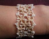 Bracelet  mariage   beige   en dentelle de frivolite, tatting , tatted , bracelet  dentelle beige ,bracelet beige pour mariee