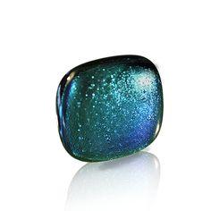 Anillo Dic-In color #aguamarina.  Colección que se caracteriza por sus colores, sumergidos dentro de la pieza, que cambian de tonalidad según incida la luz sobre ellos. Así hay rojos que tiran a dorados,verdes que se vuelven azulados... Es la magia de vidrio dicróico!!! 3,5cm.de lado aprox.  Base de plata ajustable. Se entrega en caja de cartón duro con tarjetita informativa.20€  #anillo #vidrio #plata #handmade #glass #silver #daviniadediego