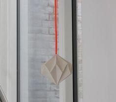 Sweet http://designoform.com/crafts/tutorial-paper-diamonds-diy/