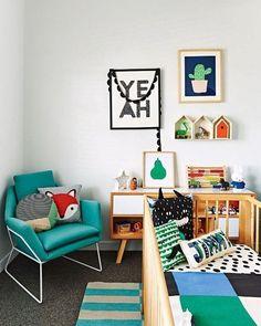 Um quartinho de bebê com cores vibrantes pode?! Pode sim senhor! olha que arraso ficou esse quartinho de bebê?! #quartoinfantil #quartodebebe #quartodemenino #decoração #inspiração