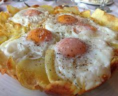 Αγαπημένες παιδικές γεύσεις οιτηγανητές πατάτες με αυγάπού τα τρυπάς μετο φρέσκο ψωμάκικαι τρέχειο ρευστόςκρόκοςεπάνω στις πατάτες. Πόσες φορές το έχετε φάει και πόσες θα το ξαναφάτε!!!