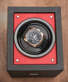 Reviewing the Orbita Piccolo watch winder wich can run on one set of batteries for up to five years. Using the patented Rotorwind system, one of the most useful and impressive general watch winder mechanisms. Full review on our website...