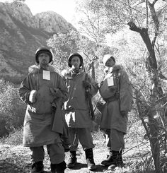 Canadian personnel of the First Special Service Force awaiting medical evacuation, near Venafro, Italy, January 1944 Military Men, Military History, Military Units, South East Europe, Navy Air Force, Canadian Army, Special Forces, Us Army, Armed Forces