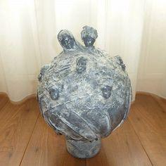 Decoratie beeld of figuur Afrikaanse hoofdjes op een bol. Een ronde bol bewerkt met textiel en Stone Art (steen effect). Waar zeven afrikaanse hoofdjes op zijn geplaatst. Mooikunst beeldof woonaccessoire voor in huis.  Gewoon voor jezelf of origineel omcadeaute gevenals:Verjaardag-Relatie-Huwelijks-Jubileum-Vriendschap-Afscheid cadeauen ofgeschenk.