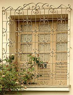 Casa Abril: Grades nas fachadas