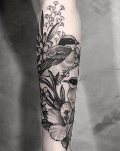 Tatuagem feita por Gabriela Arzabe de Brasília. Pássaro em blackwork no braço.