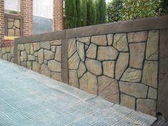 Muro de cerramiento de una vivienda.   Es una tematización de piedra natural y madera.