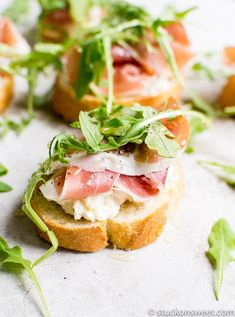 Prosciutto Crostini with Ricotta, Arugula and Honey – Stuck On Sweet – Goodish Healthy Food Italian Appetizers, Yummy Appetizers, Appetizer Recipes, Holiday Appetizers, Party Appetizers, Easter Recipes, Holiday Recipes, Dinner Recipes, Prosciutto Appetizer