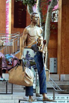 """""""Les voyageurs"""", une série de sculptures surréalistes de l'artiste français Bruno Catalano, dont une dizaine ont été installées pendant le mois de septe"""