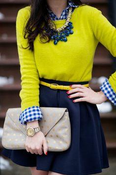 pull jaune et chemise à carreaux blancs et bleus, collier gros fantaisie en bleu foncé