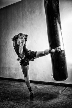 Kickboxing Schools: The Most Renowned Kick Boxing Training Gyms Fighting Poses, Martial Arts Women, Fitness Photoshoot, Fitness Photography, Action Poses, Taekwondo, Girls Be Like, Pose Reference, Karate