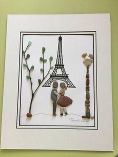 Couple romantique à la Tour Eiffel » galet art encadrée par mes soins 11 x 14 gris boîte d'ombre comme indiqué. Un mariage très unique /engagement gift.would être un cadeau belle Saint-Valentin. Souvenirs de vacances Paris. Merci pour l'intérêt