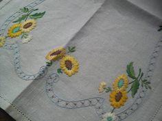 Linen アンティーク英国 手刺繍リネン ひまわり トレイクロス 即決 インテリア 雑貨 家具 Antique ¥2600yen 〆06月23日