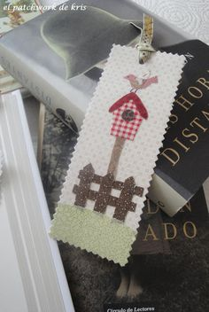 EL PATCHWORK DE KRIS: MARCA-PAGINAS PARA TODOS!! Creative Bookmarks, Diy Bookmarks, Crochet Bookmarks, Felt Bookmark, Bookmark Craft, Felt Crafts, Diy And Crafts, Fabric Crafts, Card Tags