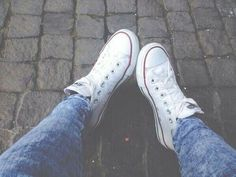 Bild über We Heart It https://weheartit.com/entry/142394149/via/4782766 #blue #converse #cool #jeans #outfit #style #tumblr #white