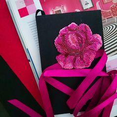 Недавно был фуксиевый фламинго, теперь глаз радует роза насыщенного манящего цвета фуксии Ух! #хочу  Стоимость броши 1450 рублей.