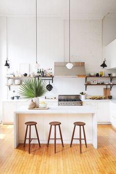 18 Modern Apartment Ideas to Make Your Space Feel Bigger and Brighter Want to elevate the look of your small apartment? These modern apartment décor ideas will make your space feel bigger and more expensive Loft Kitchen, Apartment Kitchen, Home Decor Kitchen, Kitchen Ideas, Kitchen Inspiration, Country Kitchen, Kitchen Interior, White Apartment, Open Kitchen