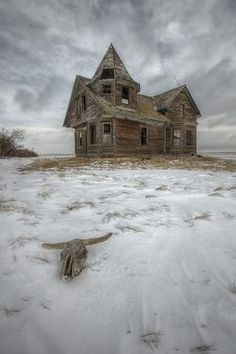 The Witches House, abandoned house in Saskatchewan Canada Old Abandoned Houses, Abandoned Mansions, Abandoned Buildings, Abandoned Places, Old Houses, Farm Houses, Haunted Houses, Abandoned Castles, Haunted Places