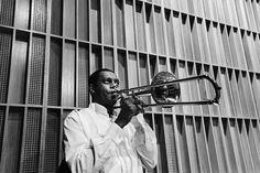 O trombonista Raphael Paixão aquece na Sala Cecília Meireles para mais um concerto com a OSB. Foto: Cicero Rodrigues