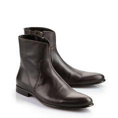 Edle Stiefelette aus dunkelbraunem Leder in leicht abgerundeter Form. Mit Ziernaht, Reißverschluss an der Innenseite, einer gepolsterten Innensohle und einem kleinen Absatz.